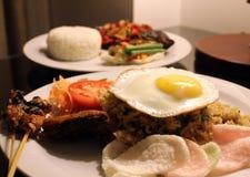 Peixes grelhados e arroz fritado Fotografia de Stock Royalty Free