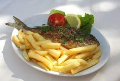 Peixes grelhados na placa imagem de stock
