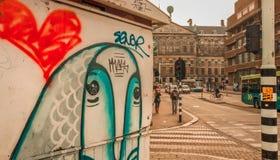 Peixes humanos em Amsterdão - arte da rua fotografia de stock royalty free