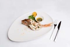 Peixes inteiros cozidos com ervas e limão Imagem de Stock Royalty Free