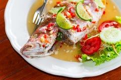 Peixes inteiros do luciano do estilo tailandês Fotos de Stock Royalty Free