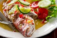 Peixes inteiros do luciano do estilo tailand Imagens de Stock Royalty Free