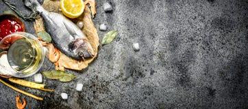 Peixes não processados de Dorado com especiarias e limão Fotos de Stock