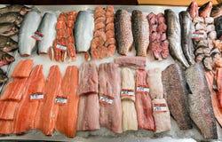 Peixes no contador no supermercado imagens de stock royalty free