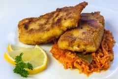 peixes no grego, bacalhau com vegetais fotografia de stock