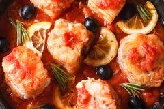 Peixes no molho de tomate com macro do limão vista superior horizontal Fotografia de Stock Royalty Free
