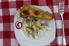 peixes panados em uma placa com salada fotografia de stock
