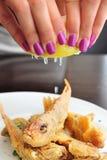 Peixes pequenos fritados limão Foto de Stock
