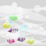 Peixes pequenos sobre em um fundo cinzento com tubos de ensaio Fotos de Stock Royalty Free