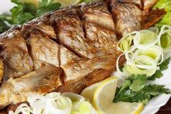 Peixes Roasted da carpa com vegetais inteiramente Menu tradicional do Natal Fotos de Stock Royalty Free