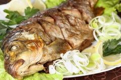 Peixes Roasted da carpa com vegetais inteiramente Menu tradicional do Natal imagens de stock