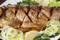 Peixes Roasted da carpa com vegetais inteiramente Menu tradicional do Natal Foto de Stock