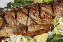 Peixes Roasted da carpa com vegetais inteiramente Menu tradicional do Natal imagem de stock royalty free