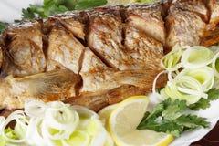 Peixes Roasted da carpa com vegetais inteiramente Menu tradicional do Natal Fotografia de Stock Royalty Free