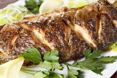 Peixes Roasted da carpa com vegetais inteiramente Menu tradicional do Natal foto de stock royalty free