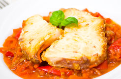 Peixes Roasted na marinada do tomate com cenouras e pimenta vermelha fotografia de stock