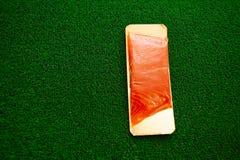 peixes salgados dos salmões na grama verde salmões dos peixes no pacote imagens de stock royalty free