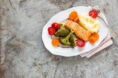Peixes Salmon cozinhados com vegetais Imagens de Stock