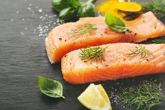 Peixes salmon crus na ardósia preta imagens de stock royalty free