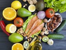 peixes salmon, dietético verde cru orgânico do abacate em um alimento saudável de madeira classificado fotografia de stock royalty free
