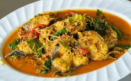 Peixes salteado picantes com pimenta, pimentão e as ervas tailandesas agite peixes fritados com ervas tailandesas, alimento local imagens de stock