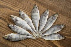 Peixes secados no fundo de madeira fotos de stock