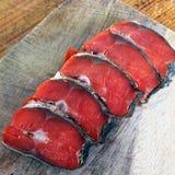 Peixes vermelhos Peixes vermelhos cortados em uma placa de corte imagens de stock royalty free