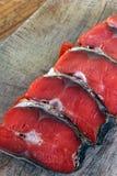 Peixes vermelhos Peixes vermelhos cortados em uma placa de corte imagem de stock