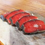Peixes vermelhos Peixes vermelhos cortados em uma placa de corte foto de stock royalty free