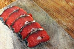 Peixes vermelhos Peixes vermelhos cortados em uma placa de corte imagens de stock
