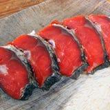 Peixes vermelhos Peixes vermelhos cortados em uma placa de corte fotos de stock