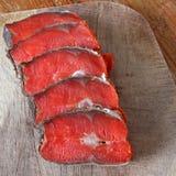 Peixes vermelhos Peixes vermelhos cortados em uma placa de corte fotografia de stock