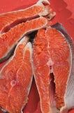 Peixes vermelhos em um prato vermelho Fotos de Stock