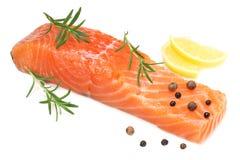 Peixes vermelhos Faixa crua dos salmões com o isolado dos alecrins e do limão no fundo branco imagens de stock royalty free