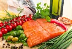 Peixes vermelhos saborosos com os vegetais na placa de madeira sobre Fotos de Stock Royalty Free