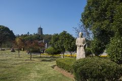 peiyuan周和wenfeng塔的雕象在宜兴longshan光荣榜里 免版税库存图片