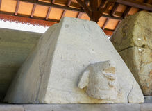 PEJENG, BALI, INDONESIEN - 19 01 2017: Alter Pyramidensarkophag im indonseian archäologischen Museum Lizenzfreie Stockfotos