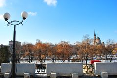 Pejzaż miejski panorama Kharkiv z Blagoveschensky Annunciation Katedralnym Ortodoksalnym kościół, Ukraina, zima dzień zdjęcia royalty free