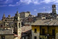 Pejzaż miejski Anghiari zamknięty spojrzenie z chmurnym niebem fotografia royalty free