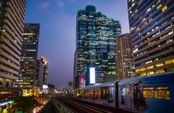 Pejzaż miejski Bangkok z Chong Nonsi skywalk mostem i BTS skytrain przy Chong Nonsi stacją, Tajlandia zdjęcie royalty free