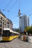 Pejzaż miejski Berliński Hackescher Markt Tv wierza w tle taksówka Obraz Stock