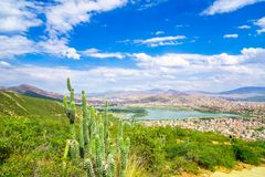 Pejzaż miejski Cochabamba od Cerro De San Pedro wzgórza obrazy royalty free