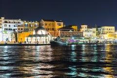 Pejzaż miejski i zatoka w mieście Chania, Crete, Grecja/, noc obraz stock