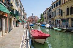 Pejzaż miejski, kanał z łodziami w Wenecja, Włochy obrazy royalty free