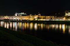 Pejzaż miejski linia horyzontu Salzburg z widokiem fortecznego Hohensalzburg przy nocą obrazy stock