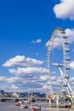 Pejzaż miejski Londyn wliczając Londyńskiego oka na pogodnym lato d Zdjęcia Royalty Free