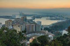 Pejzaż miejski Malaga zmierzchem z bykami arena i drzewa fotografia stock