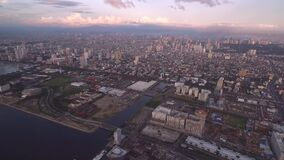 Pejzaż miejski Manila, Filipiny Blisko do Podpalanego miasta, Pasay z zmierzchu światłem zdjęcie wideo