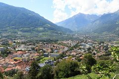 Pejzaż miejski Merano i halna alps panorama w Południowym Tyrol Obrazy Stock