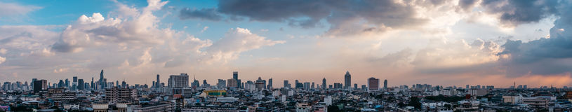 Pejzaż miejski panorama Bangkok podczas zmierzchu z kolorowym niebem w Tajlandia Azja zdjęcia stock